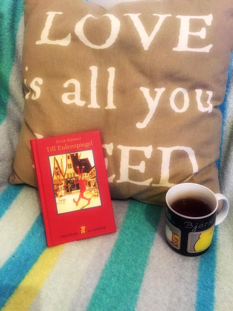 Buch, Decke und Tee