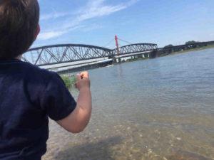 Kind sieht Schiff am Rhein